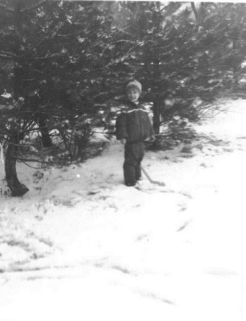 Malý Peter meria výšku snehu