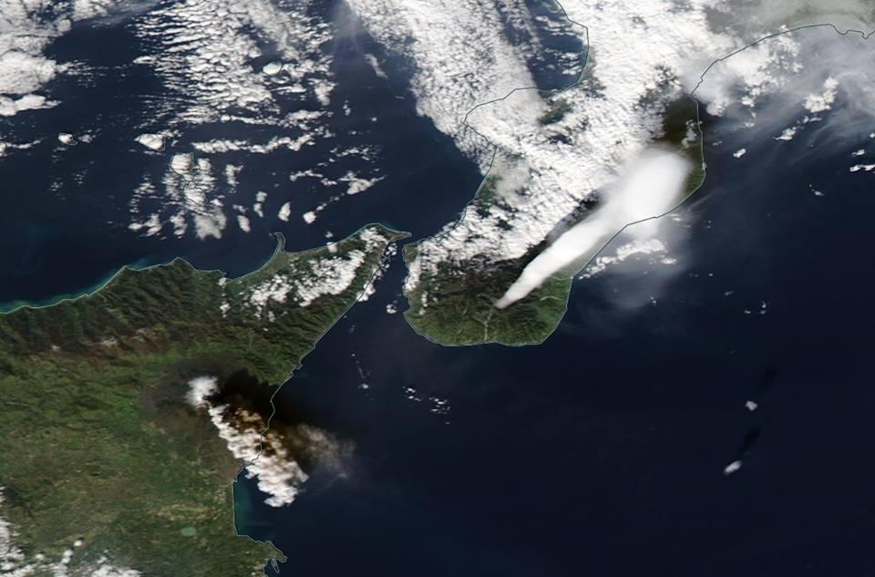 Výbuch Etny z družice.) Snímka: NASA Aqua