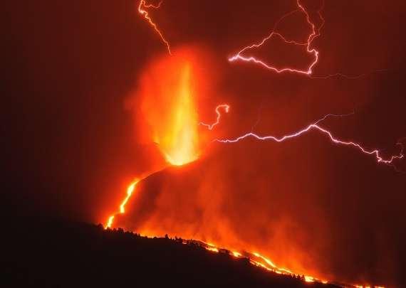 Erupcia sopky vyprodukovala oblaky typu Pyrocumulus (blesky)